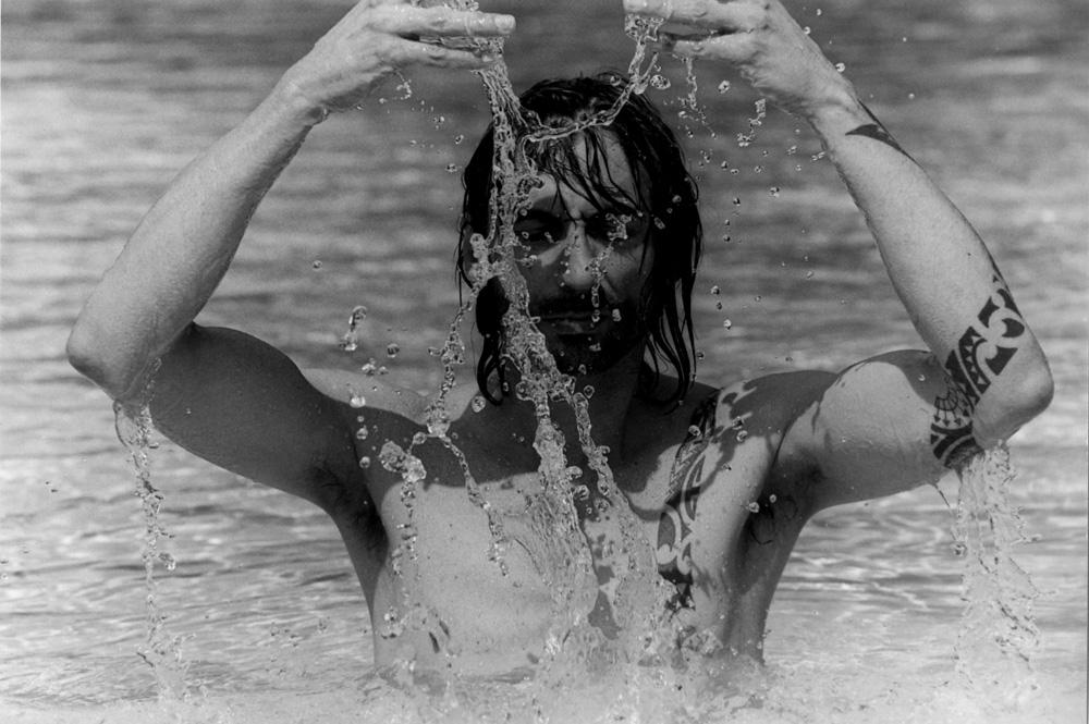 2-Swimmingpool_Maennerportrait_Wasser